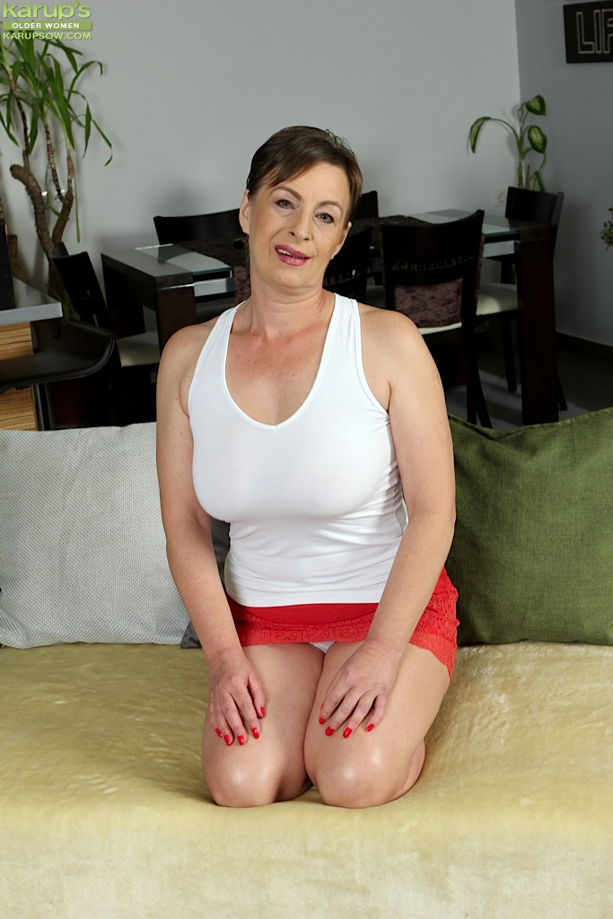 Old oma pussy flashing
