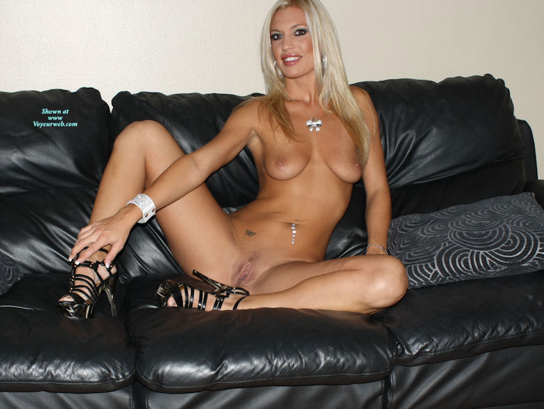 Nude blonde amatuer in high heels