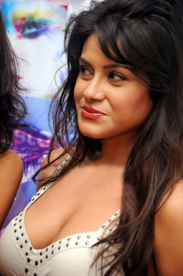 Hot indian actress cleavage