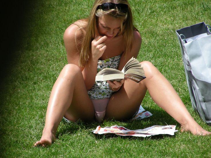 Voyeur upskirt no panties in public park
